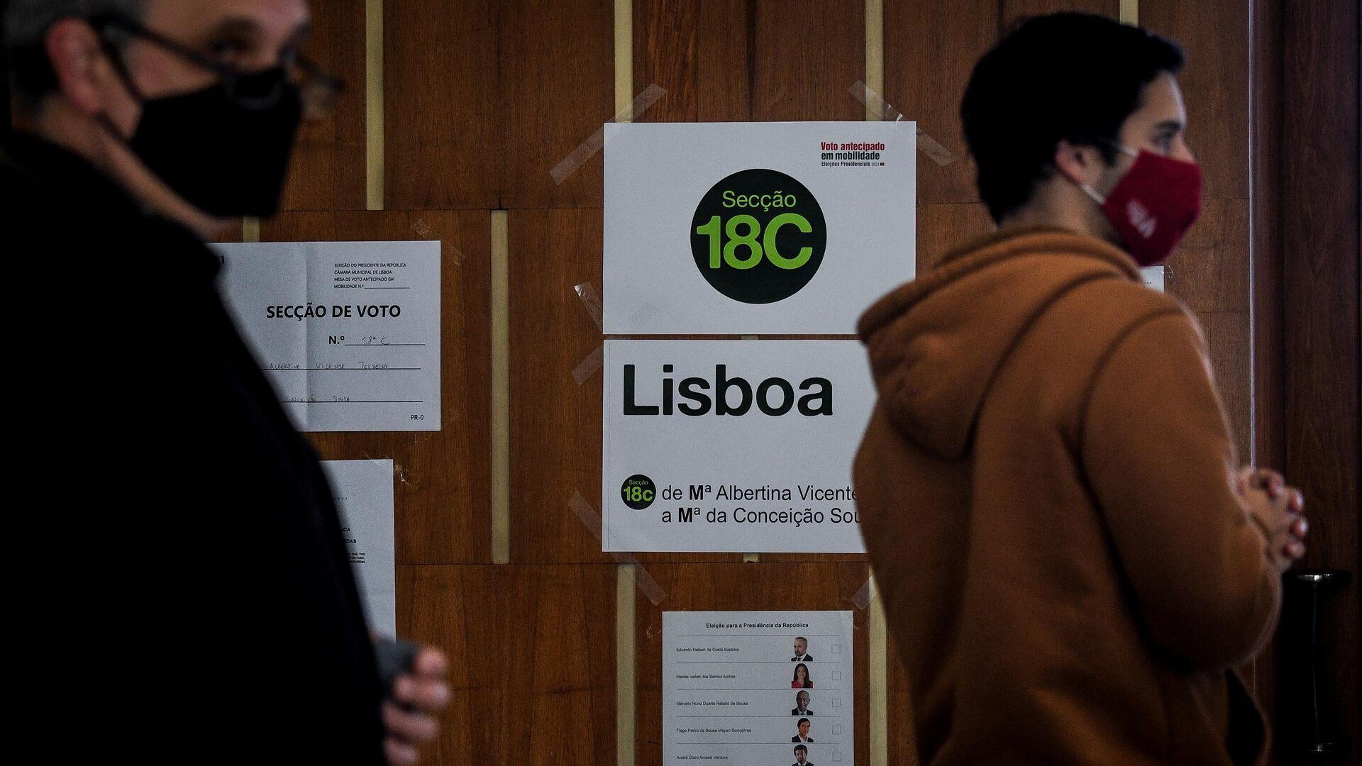 Люди на досрочном голосовании на президентских выборах в Португалии  - РИА Новости, 1920, 24.01.2021