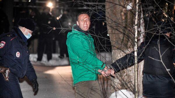 Сотрудники полиции выводят Алексея Навального (в центре) из здания 2-го отдела полиции Управления МВД России по г. о. Химки