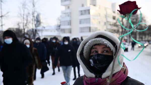 Участница несанкционированной акции сторонников Алексея Навального в Екатеринбурге