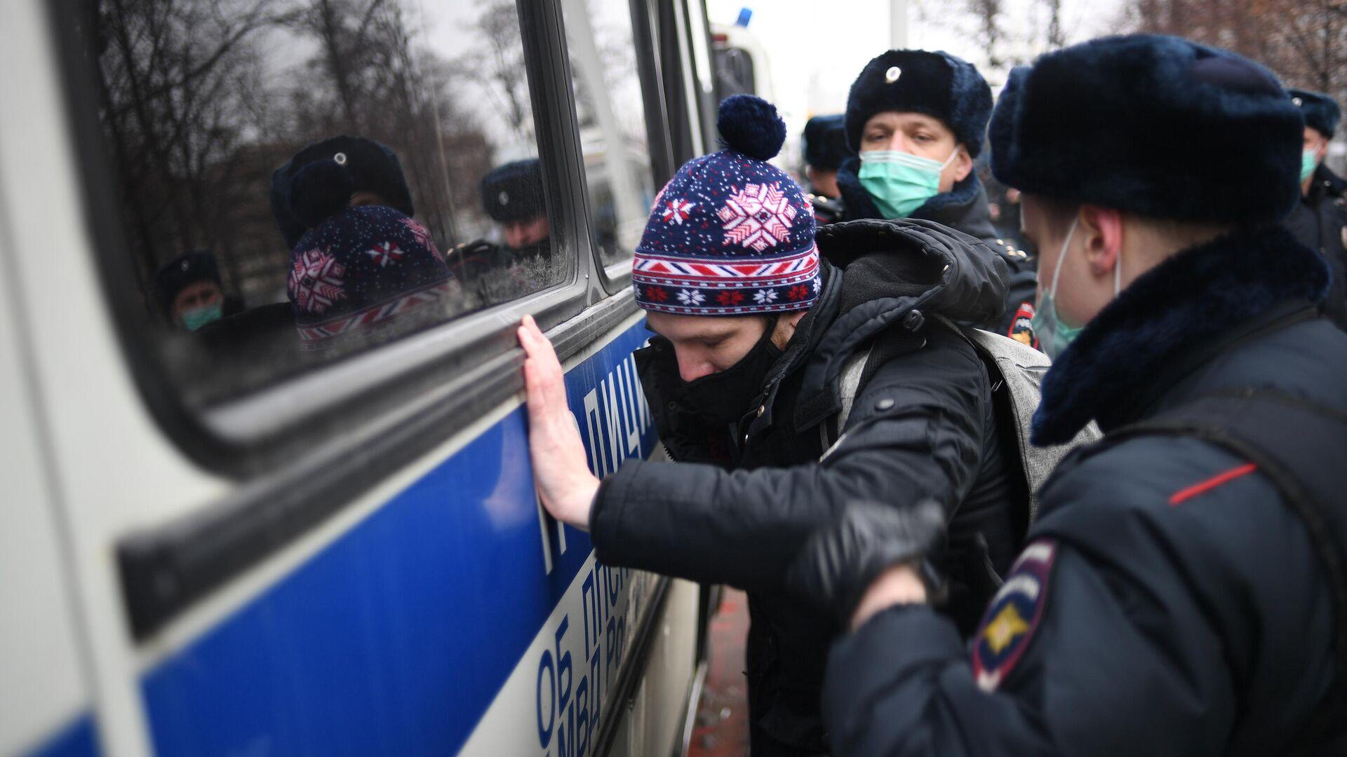 Сотрудники полиции задерживают участника несанкционированной акции сторонников Алексея Навального в Москве - РИА Новости, 1920, 23.01.2021