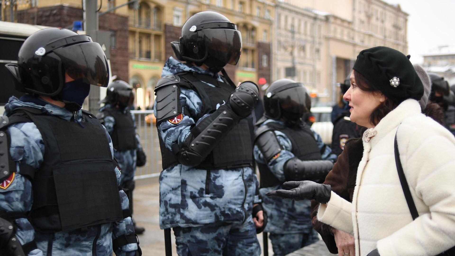 Женщина разговаривает с сотрудниками правоохранительных органов на Тверской улице в Москве - РИА Новости, 1920, 27.01.2021