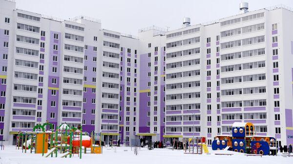 Детская площадка во дворе нового дома, построенного по программе социальной ипотеки в Набережных Челнах
