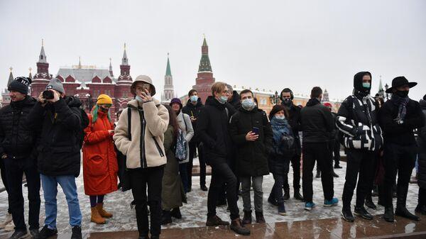 Люди на Манежной площади в Москве во время несанкционированной акции сторонников Алексея Навального