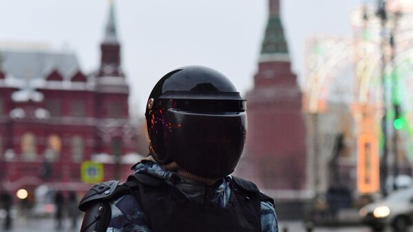 Сотрудник полиции на Манежной площади в Москве во время несанкционированной акции сторонников Алексея Навального