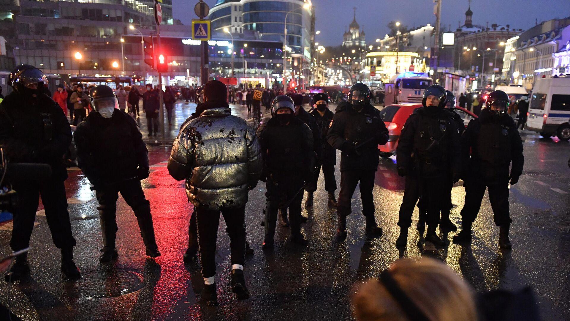 Участники несанкционированной акции сторонников Алексея Навального и сотрудники полиции на Трубной площади в Москве - РИА Новости, 1920, 23.01.2021