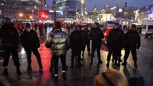 Участники несанкционированной акции сторонников Алексея Навального и сотрудники полиции на Трубной площади в Москве