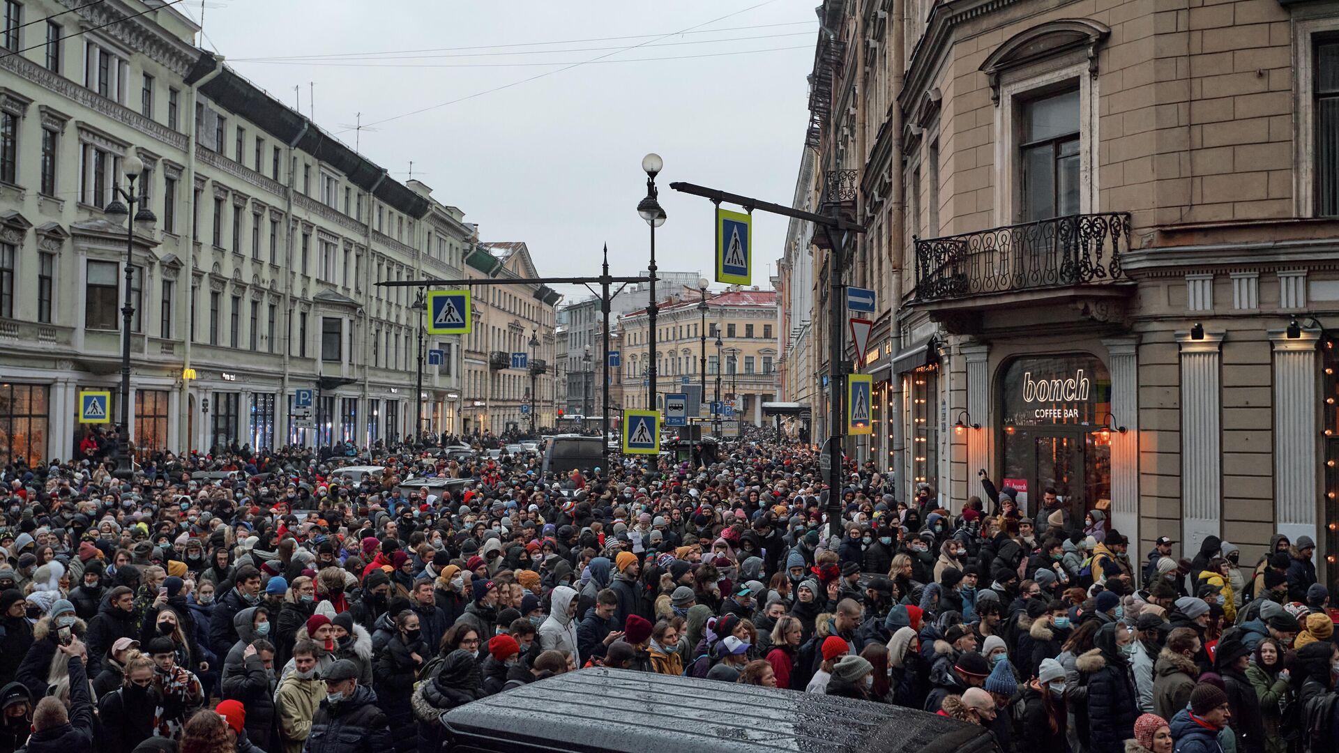 Участники несанкционированной акции сторонников Алексея Навального на Большой Морской улице в Санкт-Петербурге - РИА Новости, 1920, 23.01.2021