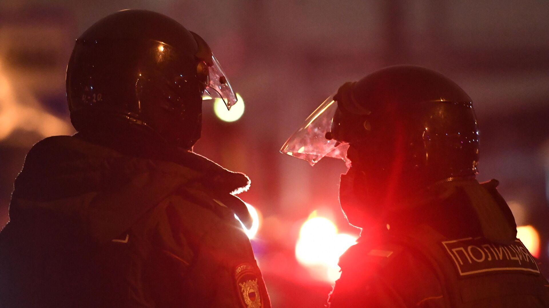 В Красноярске задержали бросившего снегом в полицию на незаконной акции