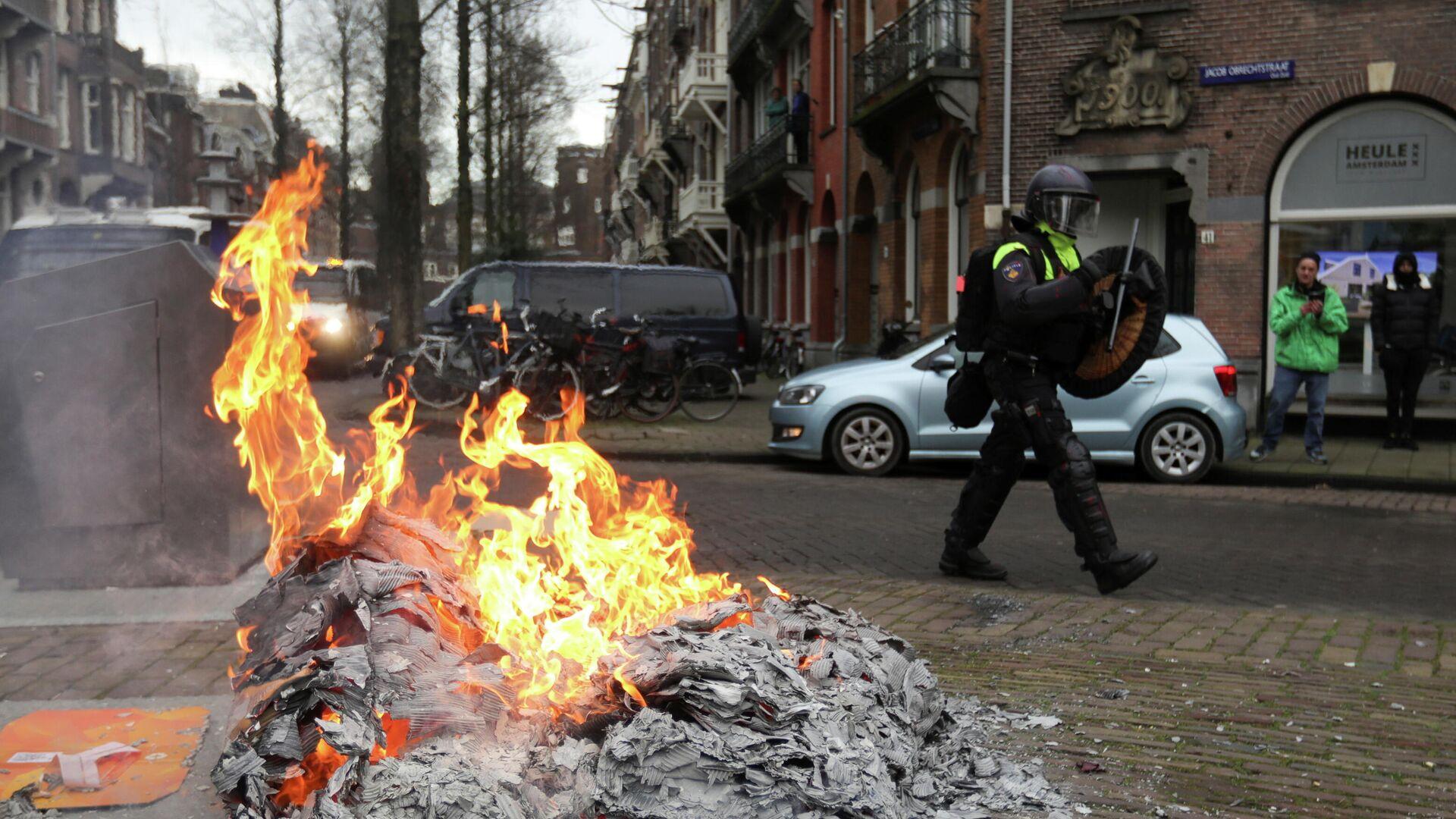 Полиция Амстердама во время разгона демонстрации против мер правительства по борьбе с коронавирусом - РИА Новости, 1920, 27.01.2021