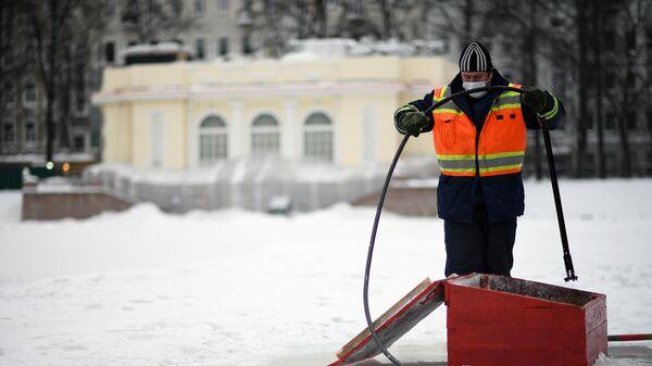 Сотрудник ГУП Мосводосток проводит работы по аэрации Патриарших прудов в Москве.