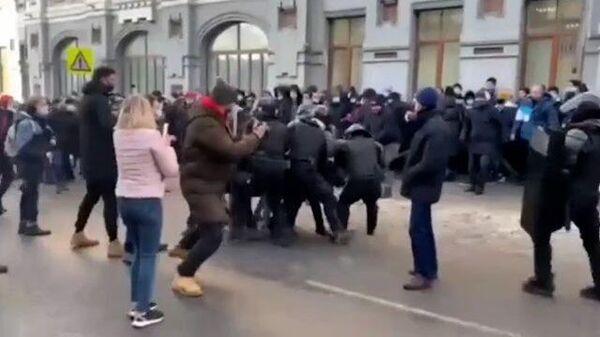 Нападение на росгвардейца на субботней акции во Владивостоке. Кадры МВД