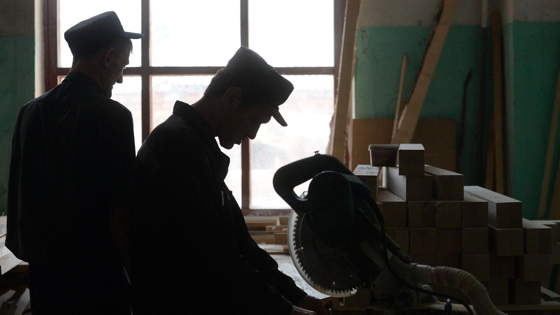 Заключенные работают в столярном цехе  - РИА Новости, 1920, 18.05.2021