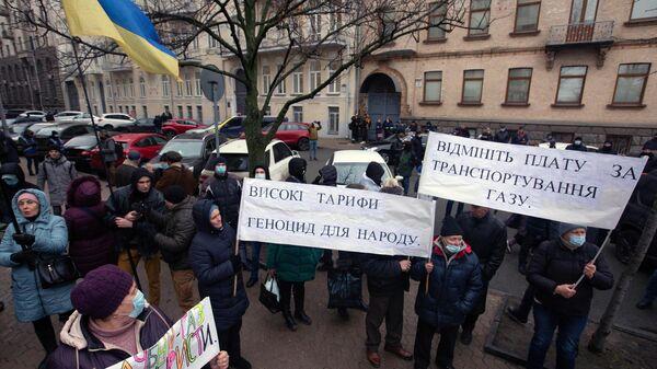 Участники акции протеста против повышения тарифов на коммунальные услуги возле администрации президента Украины в Киеве