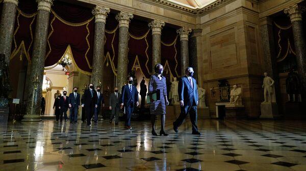 Секретарь Палаты представителей США Шерил Джонсон вместе с группой ответственных за подготовку положения об импичменте, передают его в Сенат США