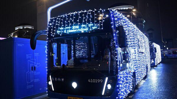 Электробусы с новогодним оформлением запустили в Москве