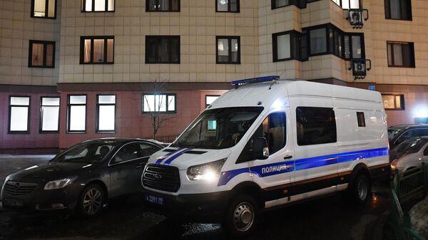 Автомобиль полиции у дома в Москве, где находится квартира Юлии Навальной