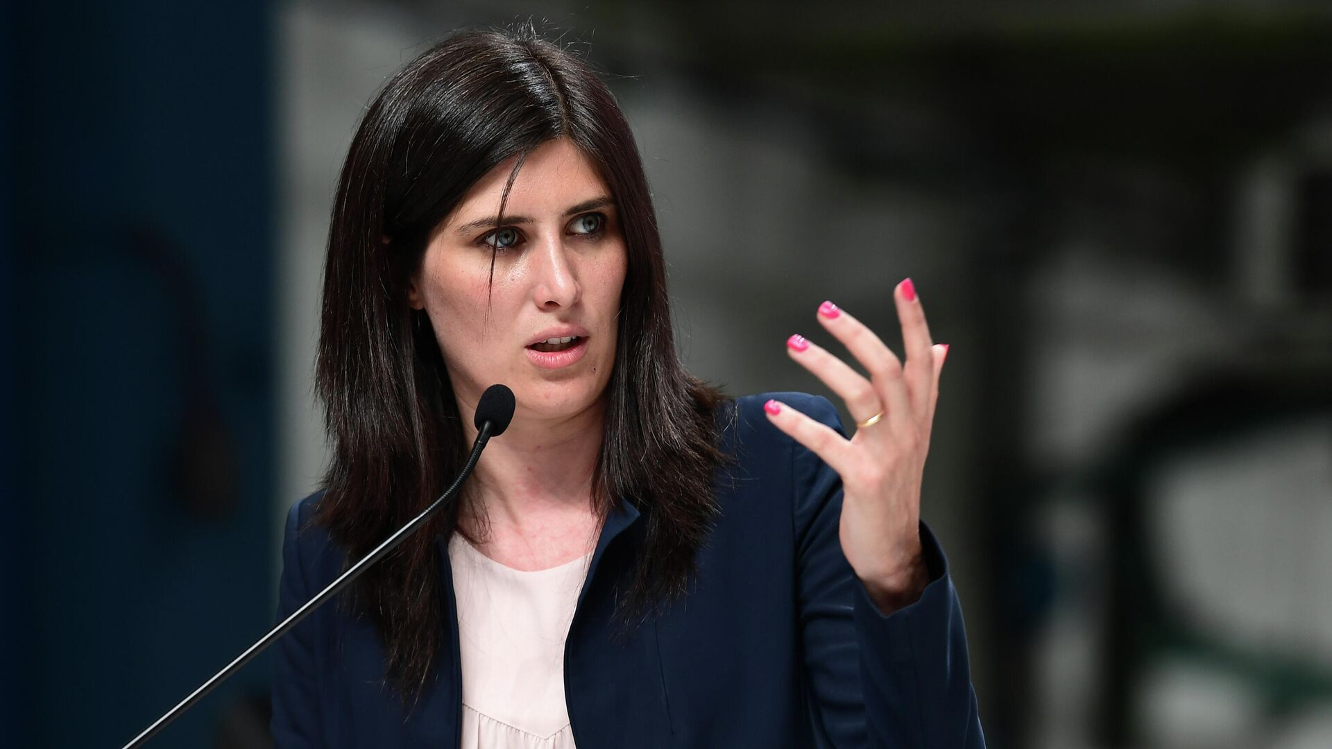 Turin mayor Chiara Appendino delivers a speech during the inauguration of new robots manufactured by Comau  on the assembly line of the Fiat 500 BEV Battery Electric Vehicle, the first of its kind in Europe, at the Mirafiori plant in Turin on July 11, 2019. (Photo by Miguel MEDINA / AFP) - РИА Новости, 1920, 27.01.2021