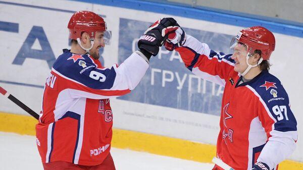 Игроки ПХК ЦСКА Антон Слепышев и Кирилл Капризов (справа)