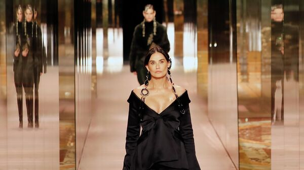 Деми Мур во время показа Fendi на Неделе моды в Париже