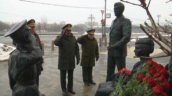 Шойгу возложил цветы к монументу Офицеры. Кадры Минобороны