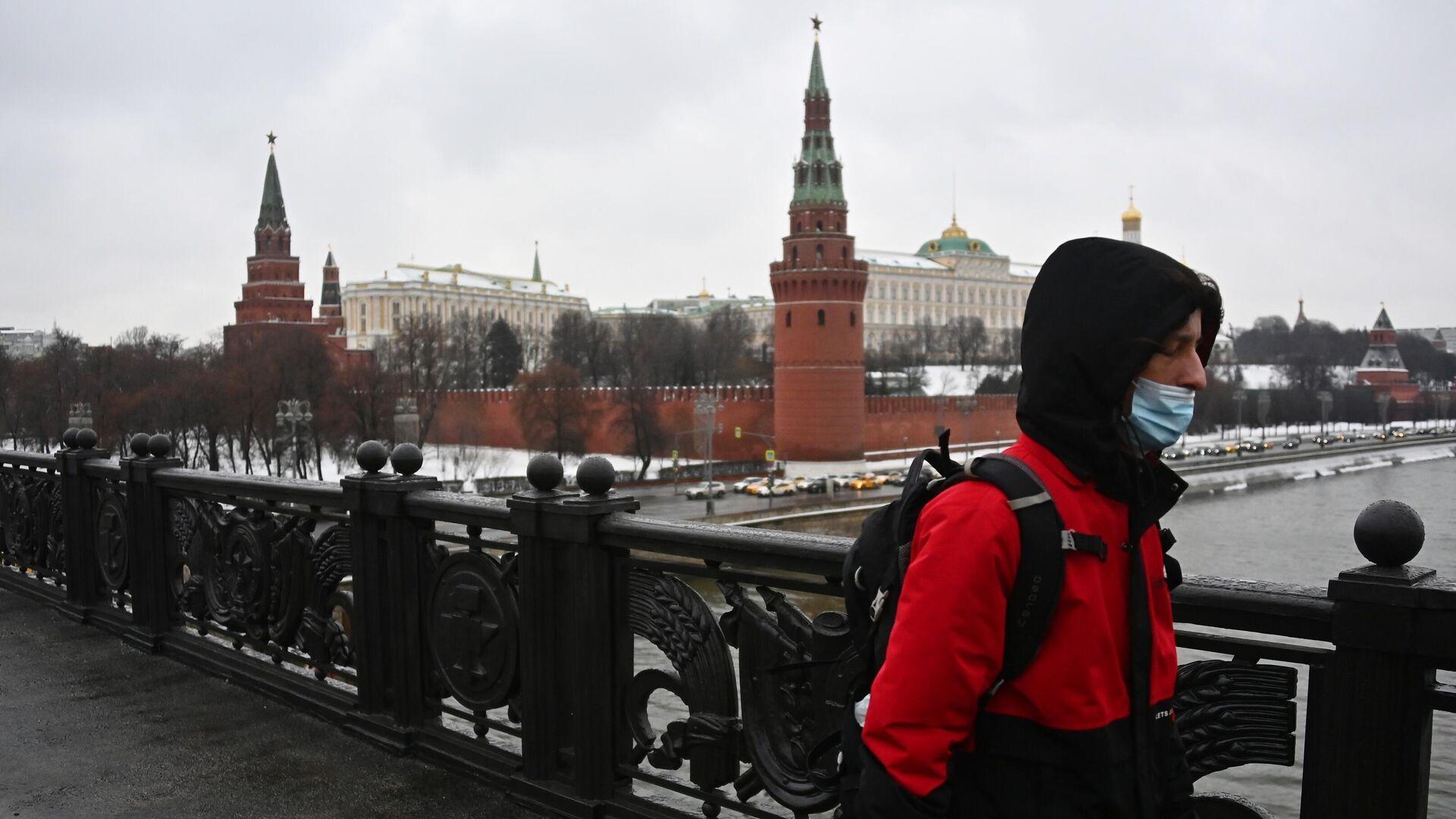 Прохожий на Большом Каменном мосту в Москве - РИА Новости, 1920, 06.02.2021