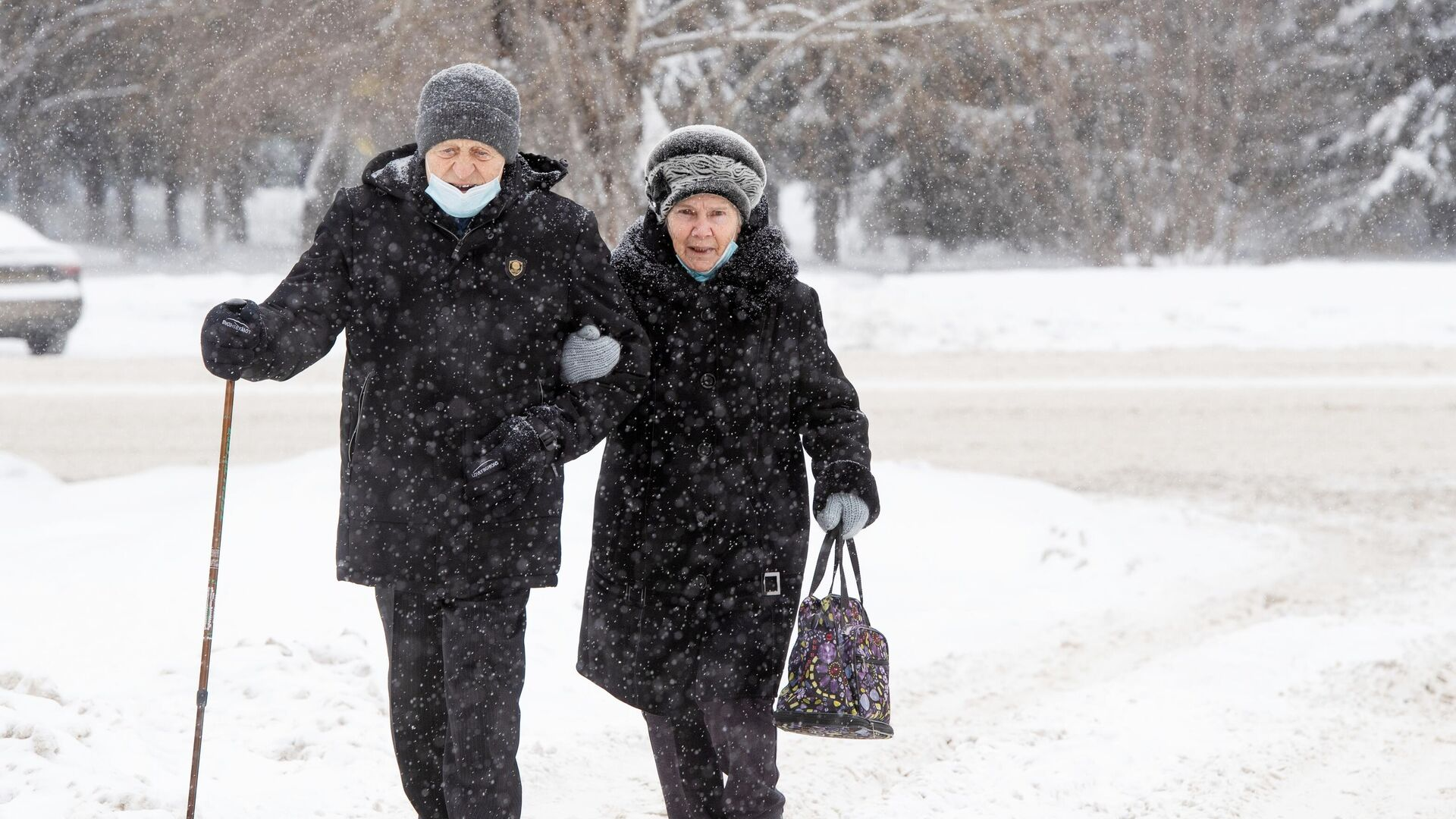 Прохожие на улице Новосибирска во время снегопада - РИА Новости, 1920, 06.03.2021
