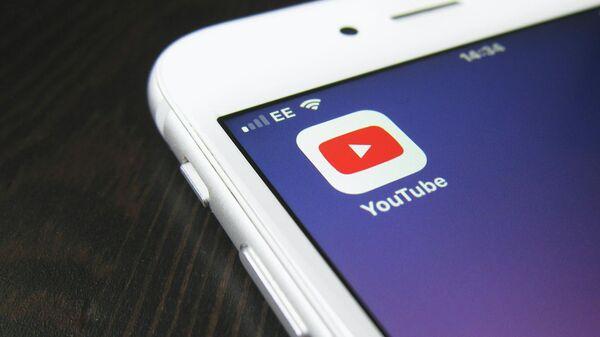 Приложение Youtube на экране смартфона