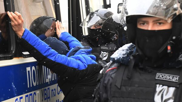Сотрудники правоохранительных органов задерживают участника несанкционированной акции