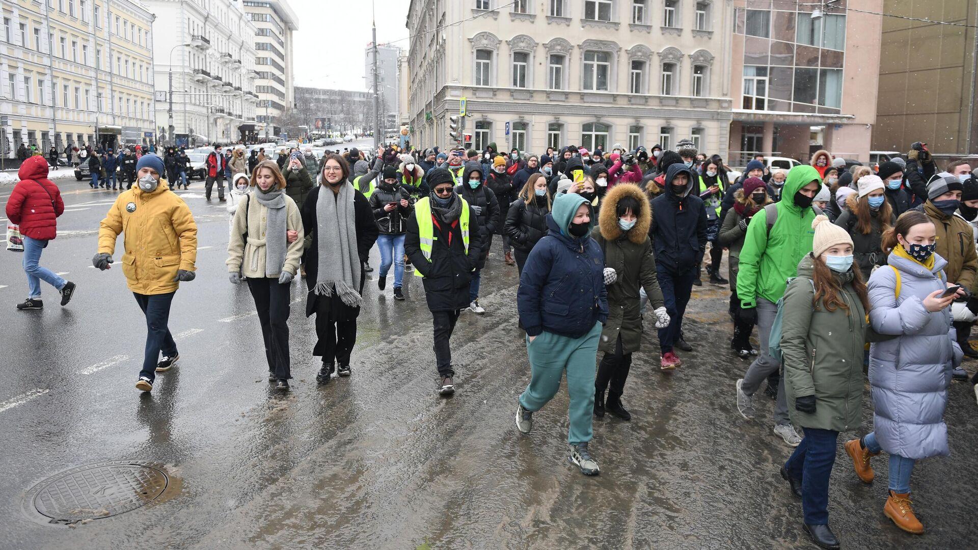 Участники несанкционированной акции сторонников Алексея Навального в Москве идут по Каланчевской улице - РИА Новости, 1920, 15.02.2021