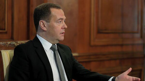 Председатель партии Единая Россия Дмитрий Медведев во время интервью представителям СМИ