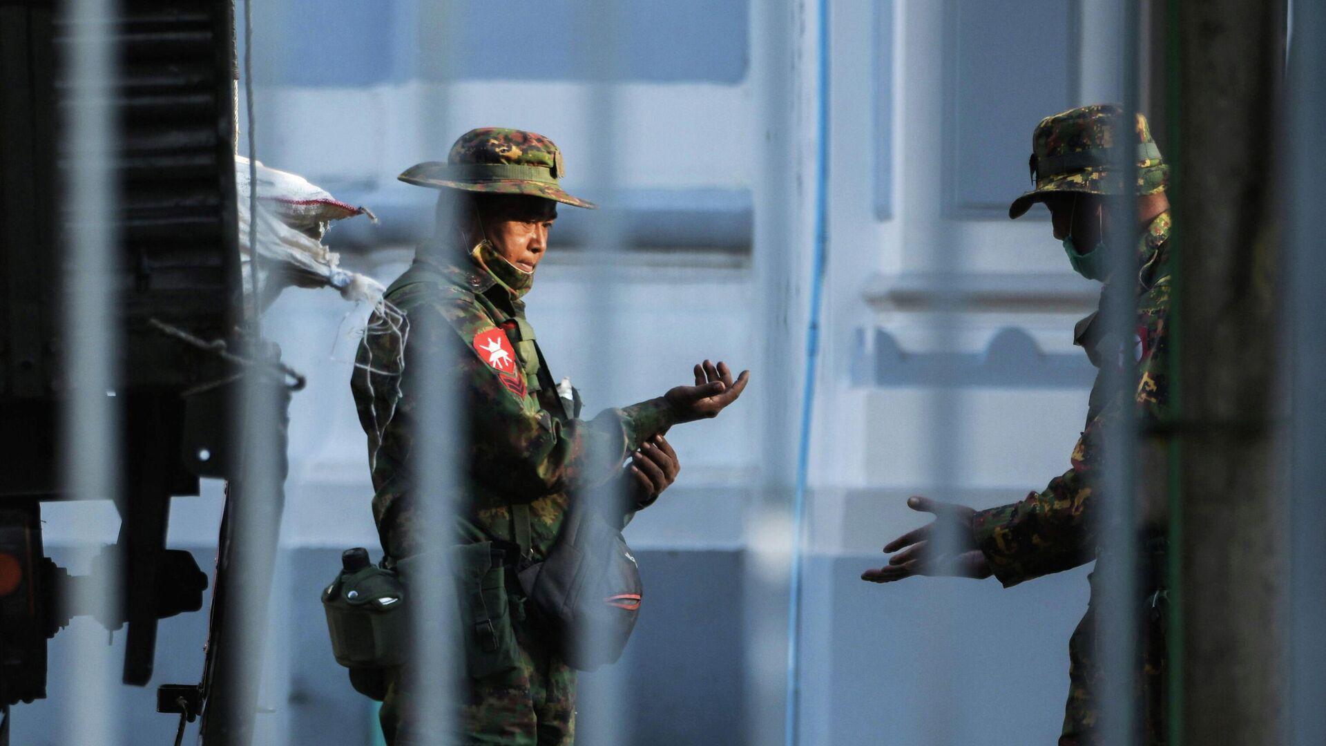 Военные возле мэрии города Янгона, Мьянма - РИА Новости, 1920, 01.02.2021