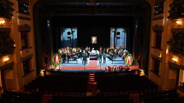 Церемония прощания с народным артистом СССР Василием Лановым в театре имени Евгения Вахтангова в Москве