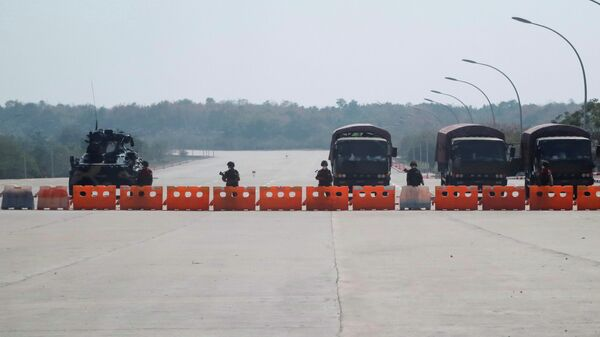 Военные на заблокированной дороге к парламенту Мьянмы в Нейпьидо