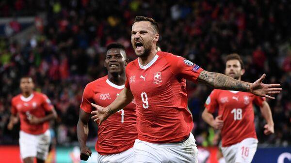Нападающий сборной Швейцарии Харис Сеферович (на первом плане)