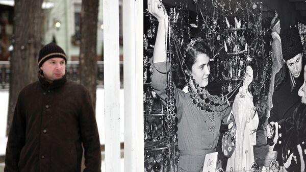 Мужчина на открывшейся фотовыставке на Тверском бульваре в Москве