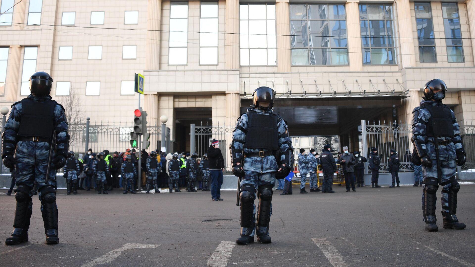 Сотрудники полиции у здания Московского городского суда - РИА Новости, 1920, 02.02.2021
