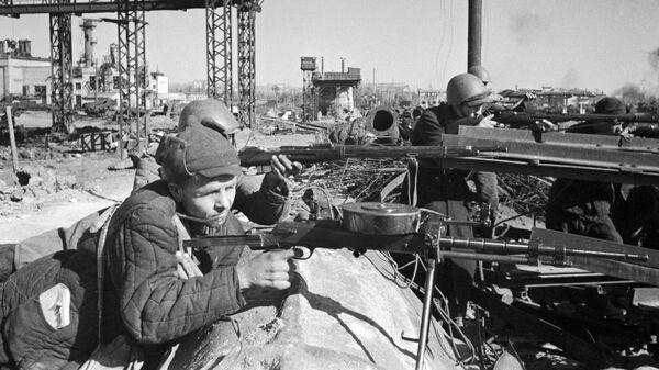 Бойцы рабочего батальона ведут огонь в районе завода Красный Октябрь