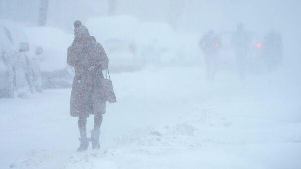 Женщина во время снегопада в Джерси-Сити