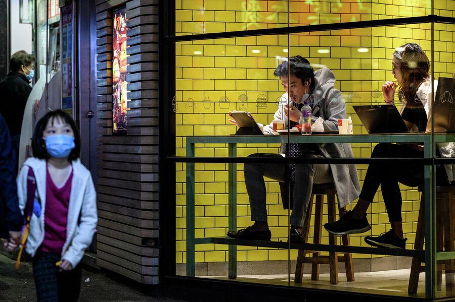 Посетители в ресторане быстрого питания в Гонконге