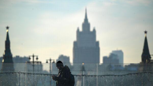 Прохожий в парке Зарядье в Москве