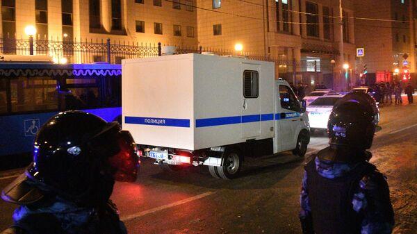 Полицейские автомобили у здания Московского городского суда