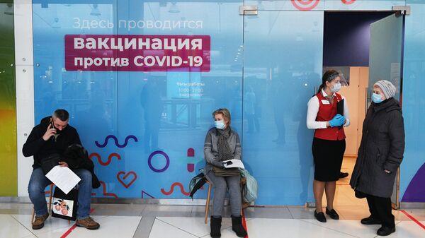Прививочный пункт в торговом центре Калейдоскоп в Москве, где медики выездной бригады вакцинируют желающих российским препаратом от COVID-19 Гам-Ковид-Вак (Спутник V)