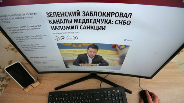 Экран монитора с новостным заголовком Зеленский заблокировал каналы Медведчука: СНБО наложил санкции