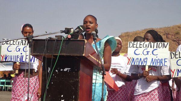 Муссукура Сиди читает декларацию в столице Мали городе Бамако об отказе от женского обрезания