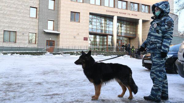 Автозак приехал в суд, где продолжится рассмотрение дела Навального
