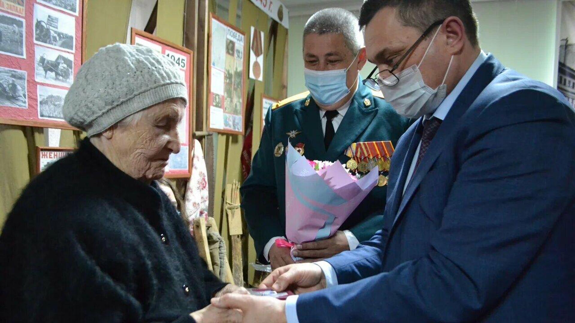 Медаль участника Великой Отечественной войны Михаила Феоктистова торжественно передали его сестре в Татарстане - РИА Новости, 1920, 05.02.2021