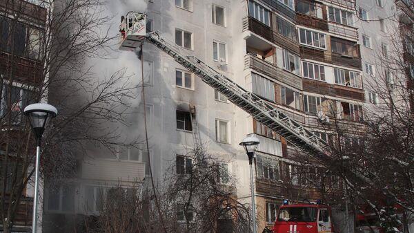 Сотрудники пожарной службы тушат пожар а в жилом доме в поселке Мосрентген в Новой Москве