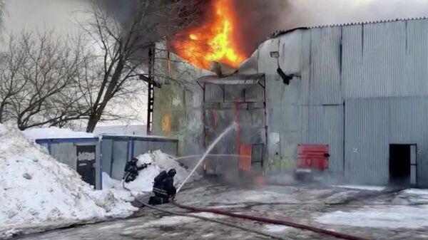 Сотрудники МЧС во время ликвидации пожара на Варшавском шоссе в Москве. Кадр из видео