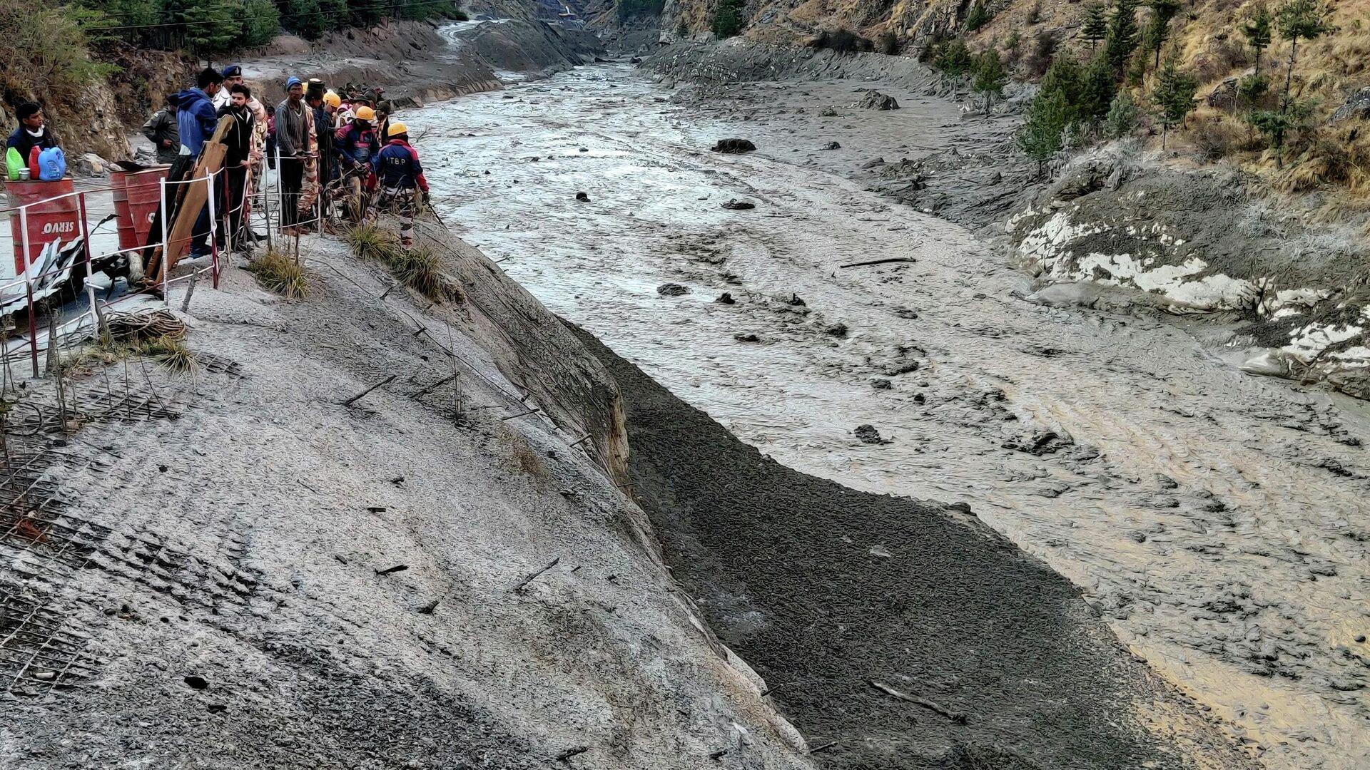 Индо-тибетская пограничная полиция занимается спасением людей после схода ледника в районе строящейся электростанции в штате Уттаракханд, Индия - РИА Новости, 1920, 19.02.2021