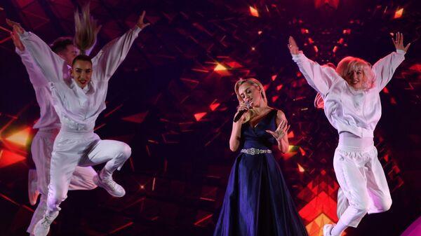 Певица Елена Максимова и шоу-балет Тодес выступают во время торжественной ежегодной церемонии вручения премии ассоциации онкологических пациентов Будем жить! в Государственном Кремлевском дворце